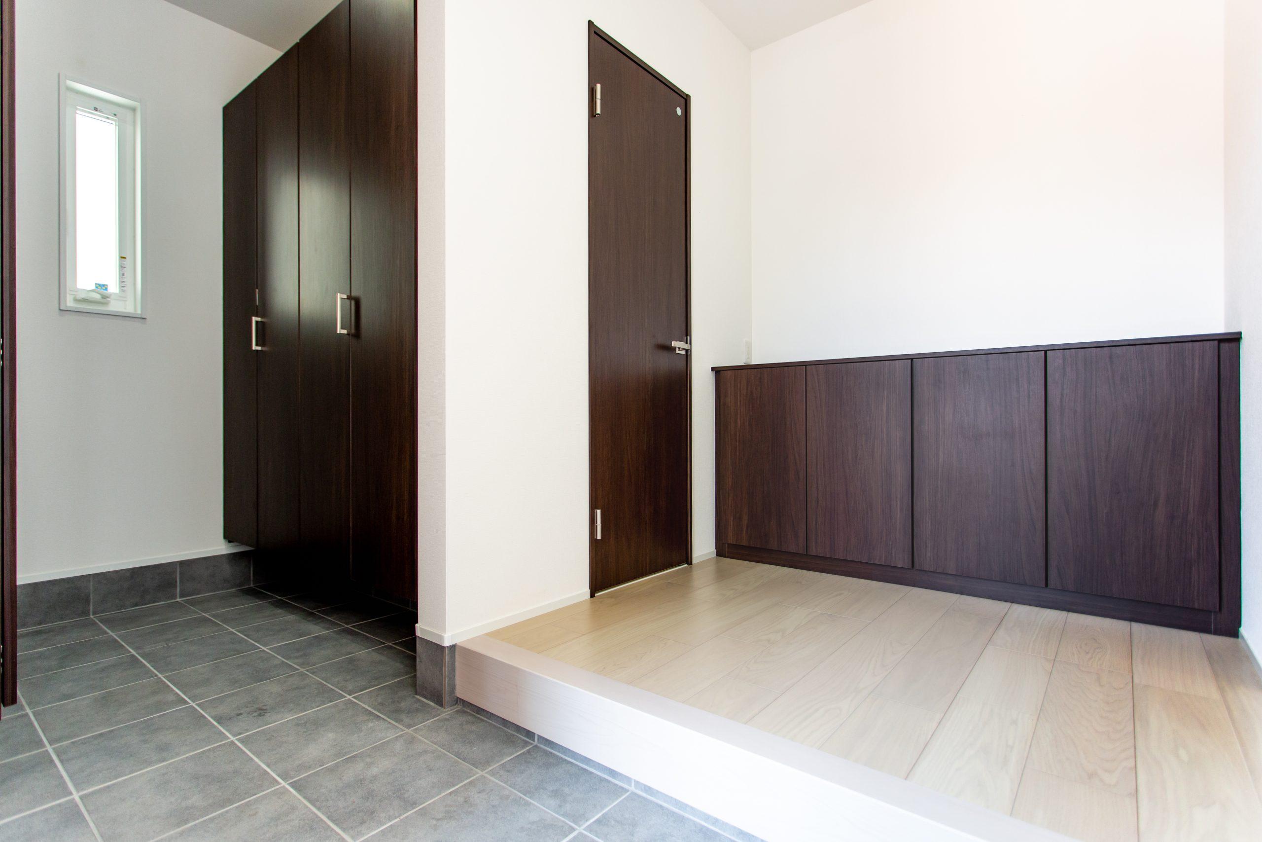 <p>シューズクロークから続く、広い玄関ホール。</p> <p>建具や扉の色を合わせることで統一感があり、シンプル中にもインテリアが映える空間になりました。</p>