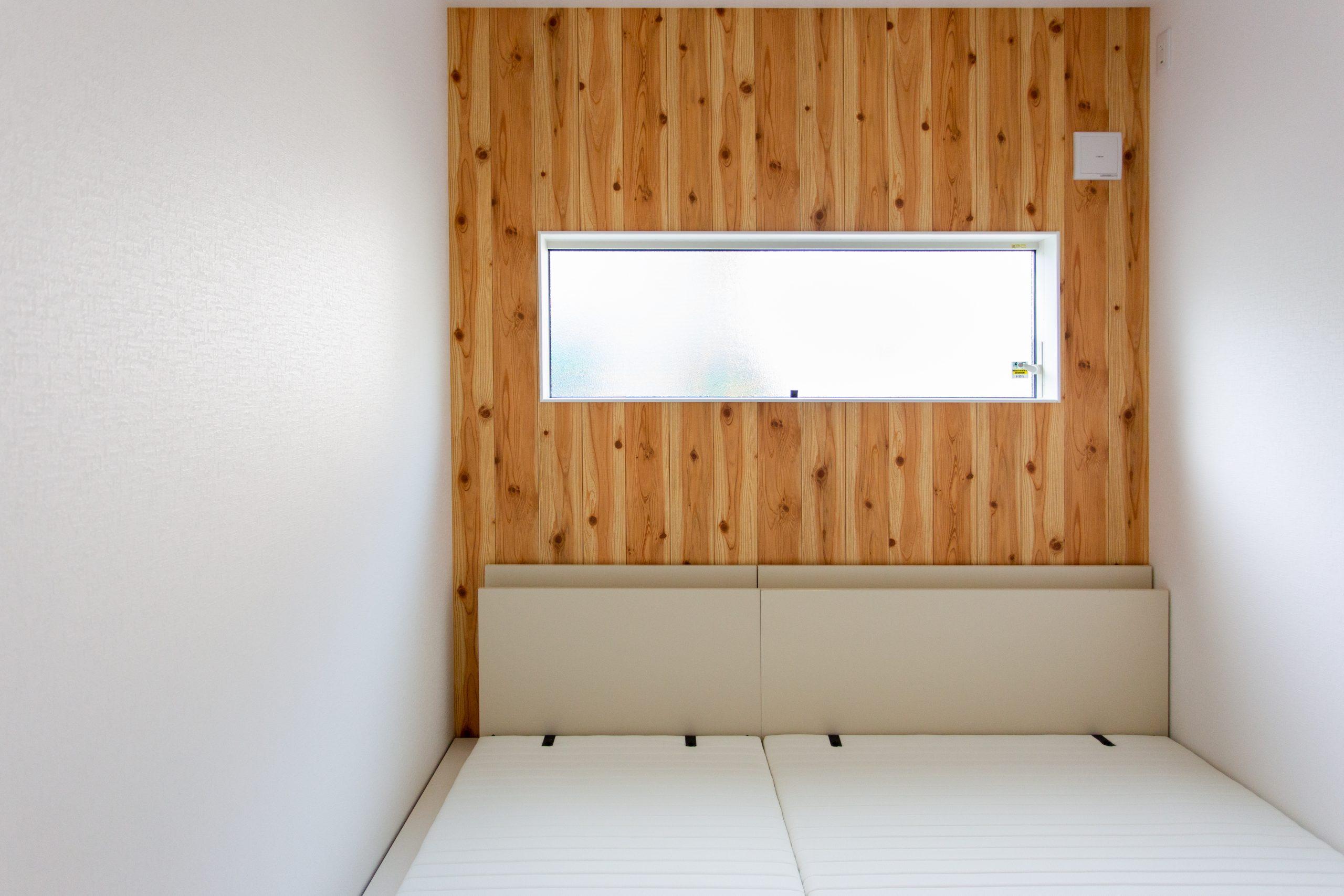 <p>ベッドルームは背面にクロスでアクセントを。</p>