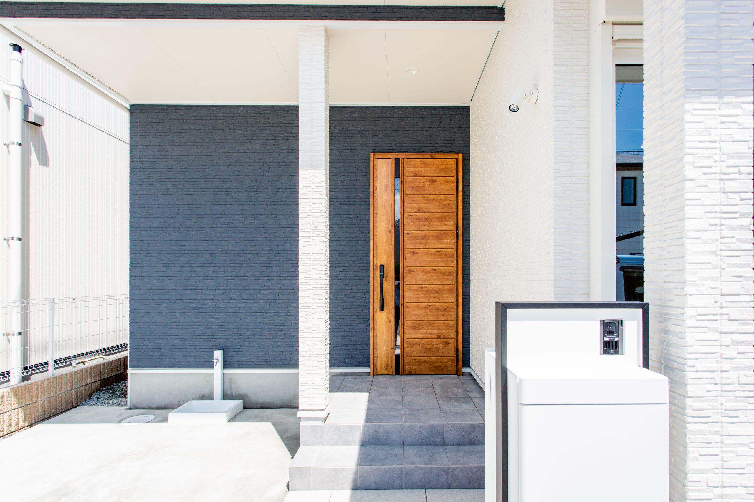 <p>デザイン性のある玄関ドアが映えるアプローチ</p>