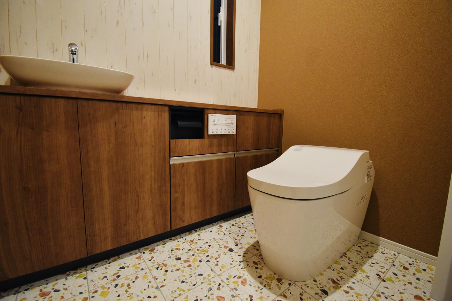 <p>デザイン性のある広いトイレ。</p>