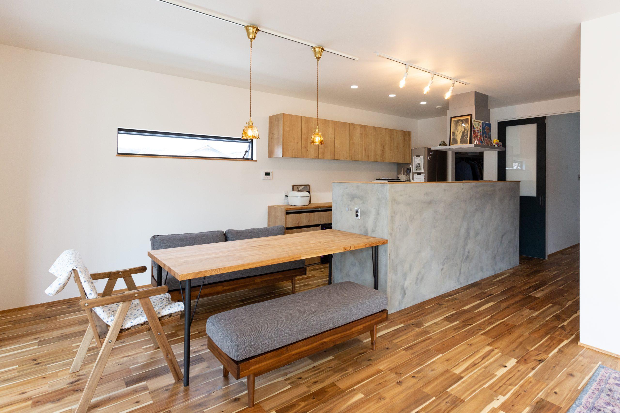 <p>キッチンの腰壁は、ムラのある質感のモルタル仕上げがおしゃれなダイニングキッチンになりました。</p>